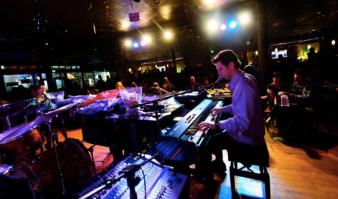 keys on main Dueling piano bar costa mesa